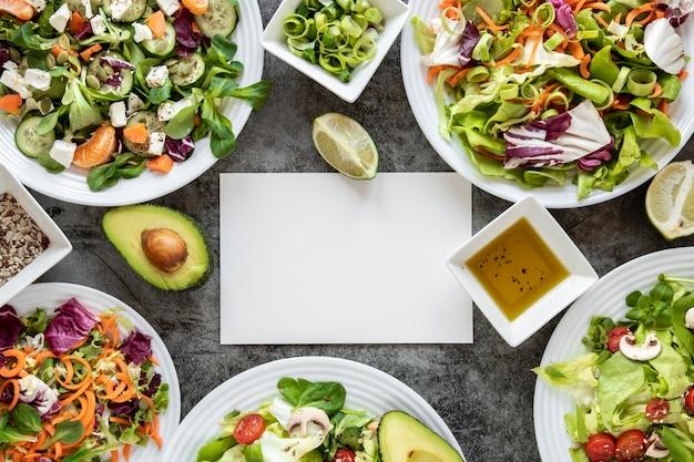 Deliciosa salada com moldura de abacate