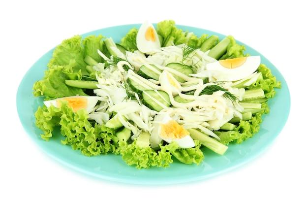 Deliciosa salada com ovos, repolho e pepino, em branco