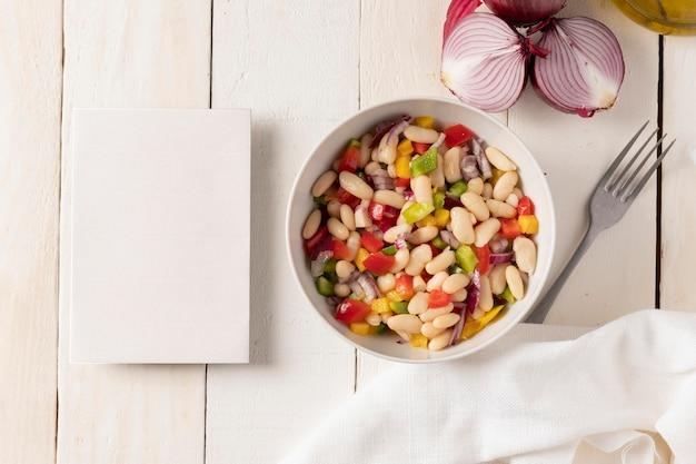 Deliciosa salada de feijão cópia espaço