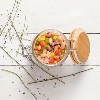 Deliciosa salada de feijão em uma vista superior do frasco