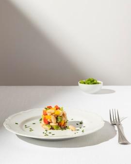 Deliciosa salada de feijão no prato vista frontal