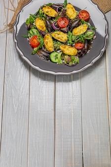 Deliciosa salada de frutos do mar com legumes e mexilhões na mesa de madeira em estilo rústico. a apresentação original do prato do chef. copie o espaço