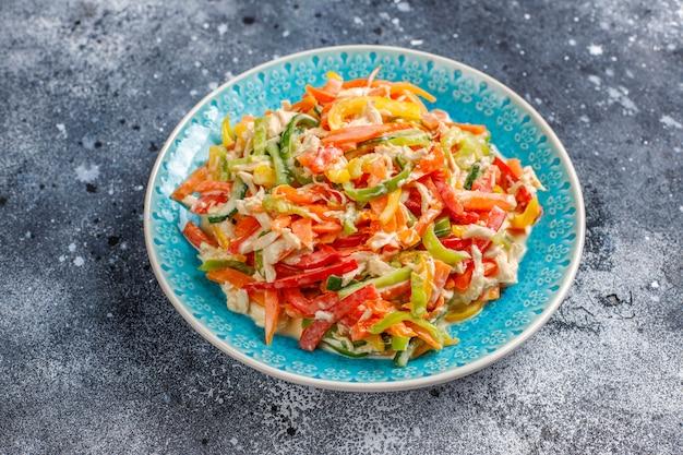 Deliciosa salada de pimentão saudável com frango, vista superior