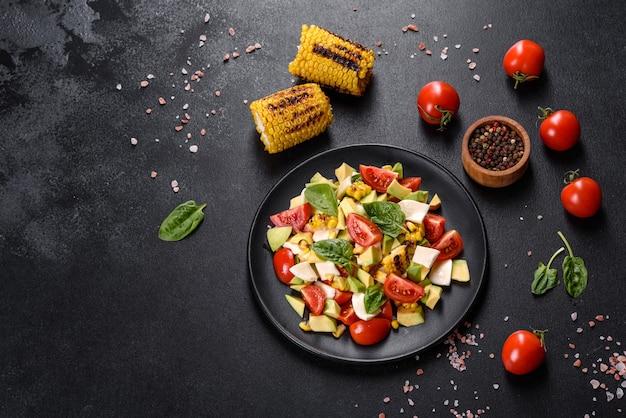 Deliciosa salada fresca com tomate, abacate, queijo e milho grelhado com azeite. cozinha mediterrânea