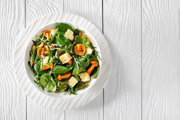 Deliciosa salada fresca de rúcula, espinafre, cogumelos com mel e queijo cheddar em cubos