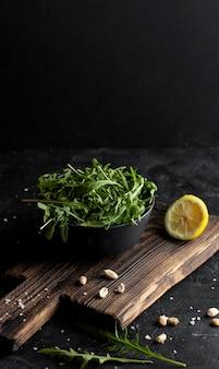 Deliciosa salada na tigela escura