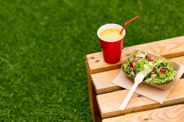 Deliciosa salada saudável com suco