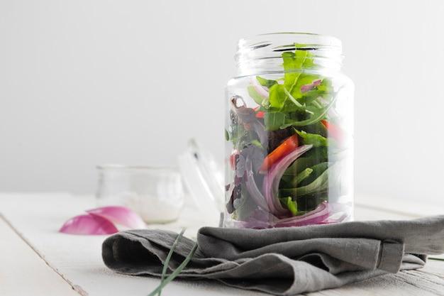 Deliciosa salada saudável em uma jarra