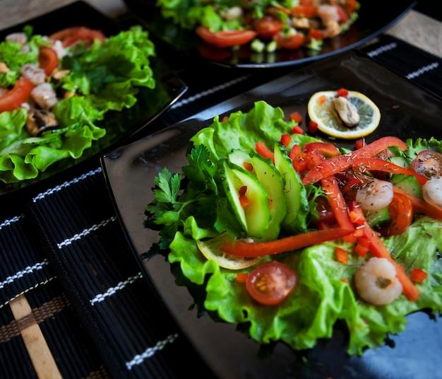 Deliciosa salada sobre chapa preta