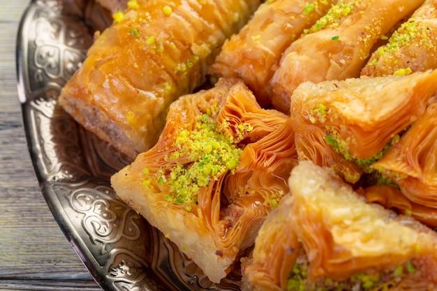 Deliciosa sobremesa baklava em bronze oriental configuração close-up