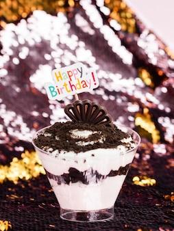 Deliciosa sobremesa com sinal de feliz aniversário