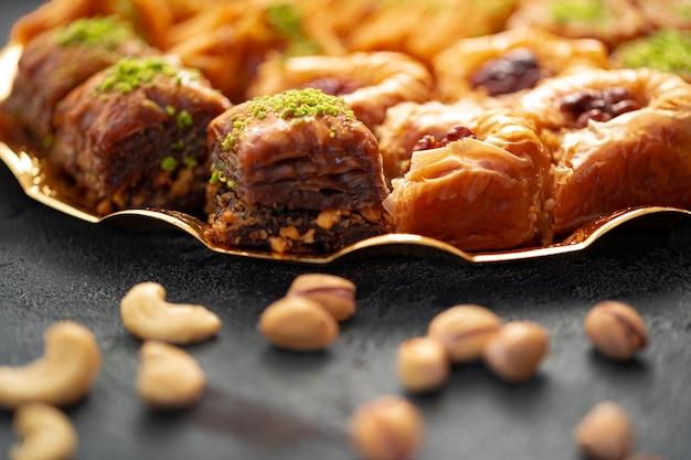 Deliciosa sobremesa de baklava em ambiente oriental em fundo preto