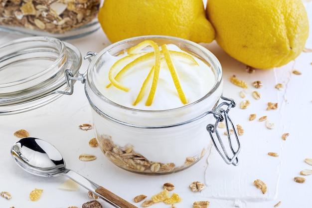 Deliciosa sobremesa de iogurte, com limão fresco, sem açúcar e cereais ..