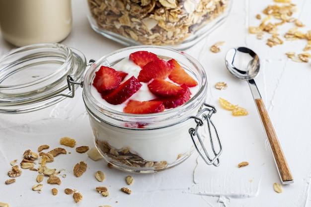 Deliciosa sobremesa de morangos, iogurte e cereais sem açúcar