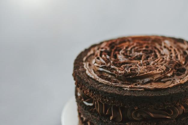Deliciosa sobremesa doce de bolo de chocolate com várias camadas em fundo branco