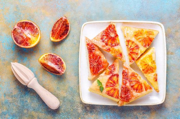 Deliciosa sobremesa francesa tart tatin com laranja de sangue.