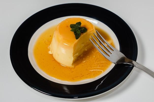 Deliciosa sobremesa típica da américa do sul chamada flan, feita com ovos, leite, baunilha e aromatizada com caramelo. comida étnica e conceito de comida calorosamente.