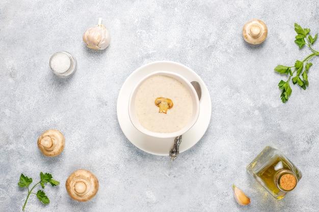 Deliciosa sopa caseira de creme de cogumelos, vista de cima