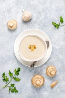 Deliciosa sopa caseira de creme de cogumelos