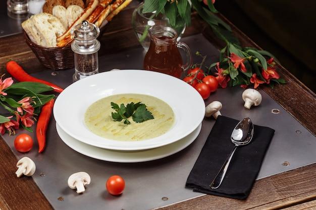 Deliciosa sopa cremosa de abobrinha. prato de dieta fácil de verão.