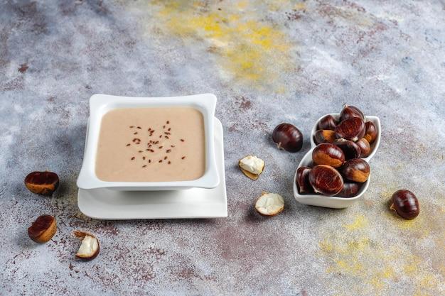 Deliciosa sopa cremosa de castanhas.