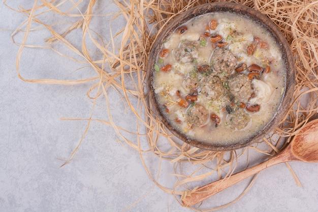 Deliciosa sopa de cogumelos em tigela de madeira com colher