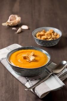 Deliciosa sopa de creme de abóbora de ângulo alto