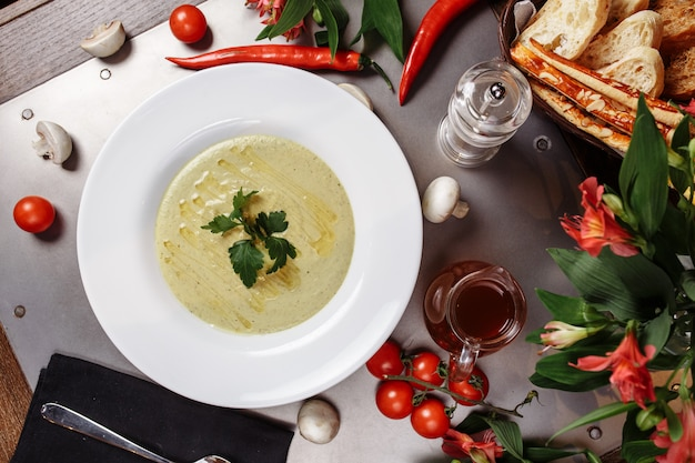 Deliciosa sopa de creme de abobrinha. prato de dieta fácil de verão.