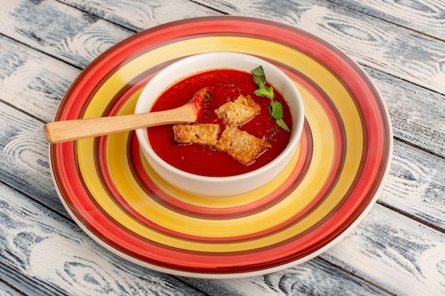 Deliciosa sopa de tomate com bolachas dentro no cinza, sopa de comida jantar