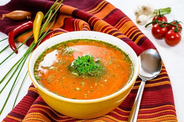 Deliciosa sopa de vegetais na tigela