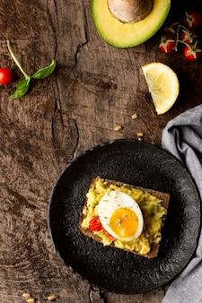 Deliciosa torrada com creme vegetariano e abacate