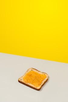 Deliciosa torrada com geléia de limão em fundo cinza