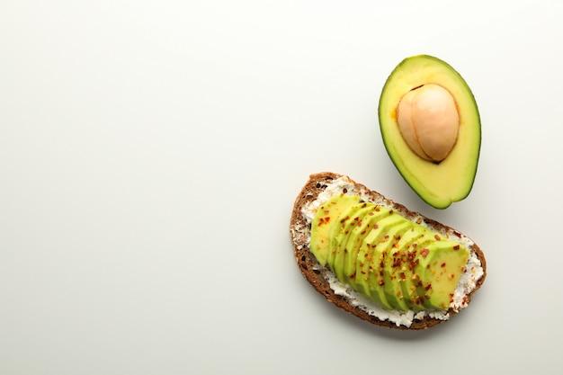 Deliciosa torrada e abacate em fundo branco