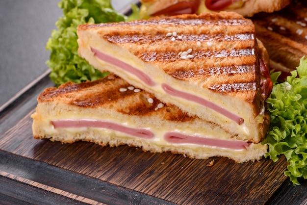 Deliciosa torrada fresca grelhada com queijo e fiambre. sanduíches, lanche rápido
