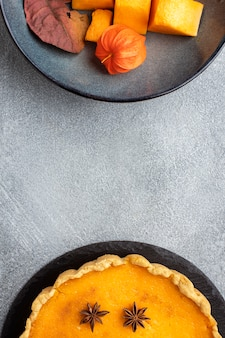 Deliciosa torta de abóbora e fatias de frutas