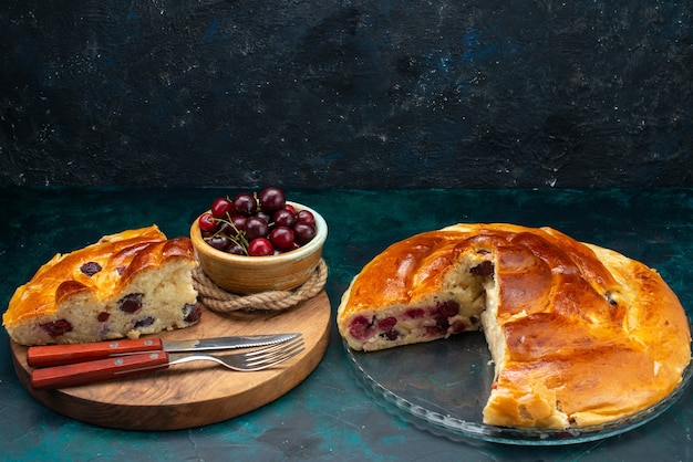 Deliciosa torta de cereja fatiada com cerejas frescas em um chá azul escuro