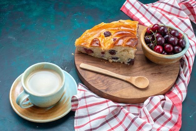 Deliciosa torta de cereja fatiada com cerejas frescas em uma mesa azul escura, bolo de torta doce de frutas
