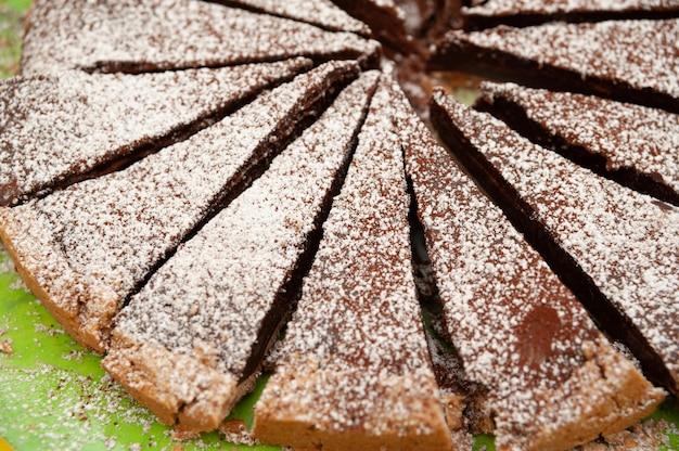 Deliciosa torta de chocolate caseiro com açúcar de confeiteiro