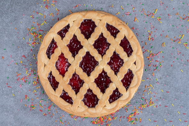 Deliciosa torta de frutas vermelhas com granulado na superfície de mármore