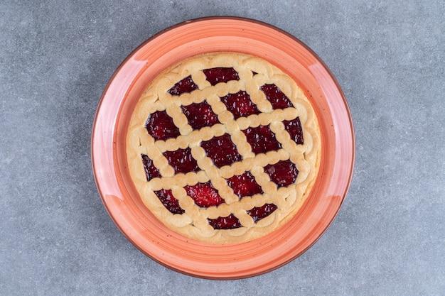 Deliciosa torta de frutas vermelhas em prato vermelho
