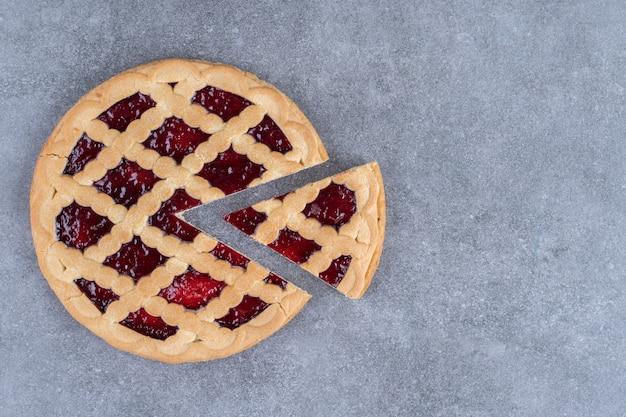 Deliciosa torta de frutas vermelhas na superfície de mármore