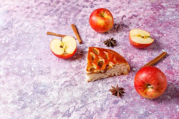 Deliciosa torta de maçã caseira com geleia.