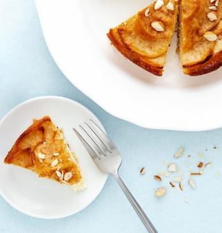 Deliciosa torta de outono em pratos brancos