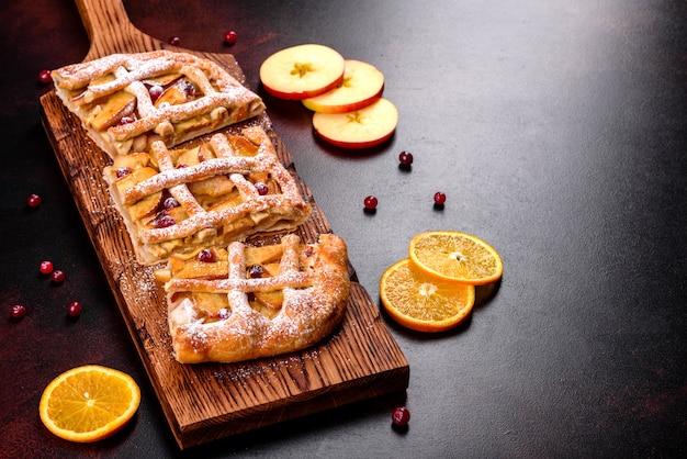 Deliciosa torta fresca assada com maçã, peras e frutas. doces frescos para um delicioso café da manhã
