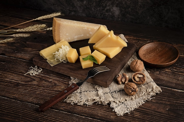 Deliciosa travessa de queijo na mesa com nozes