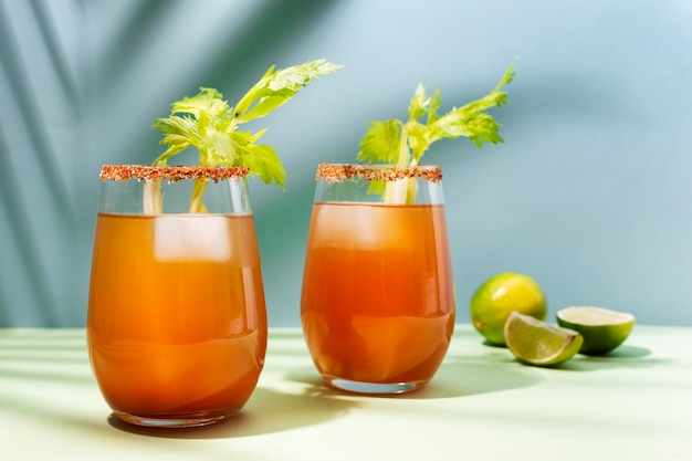 Deliciosa variedade de bebidas michelada