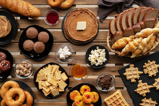 Deliciosa variedade de comida acima da vista