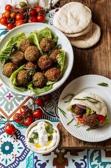 Deliciosa variedade de comida judaica plana
