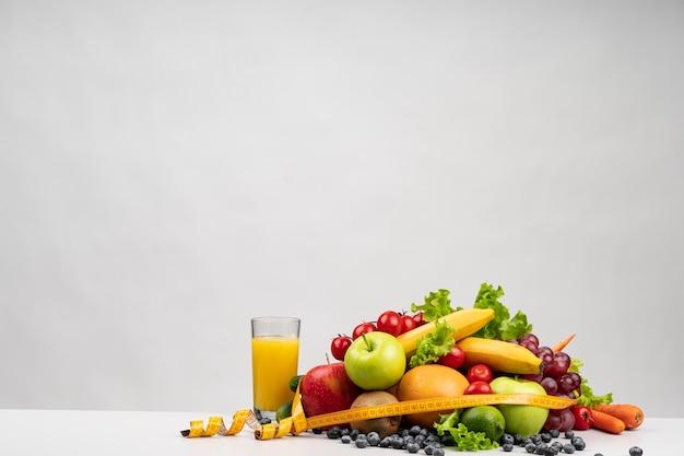 Deliciosa variedade de frutas e suco