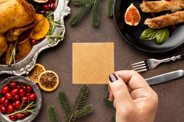 Deliciosa variedade de prato de natal com cartão vazio